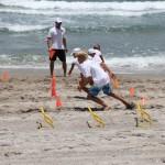 Тренировка по большому теннису на пляжу